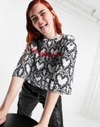 Love Moschino – Kastiges T-Shirt mit All-over-Herzprint in Grau